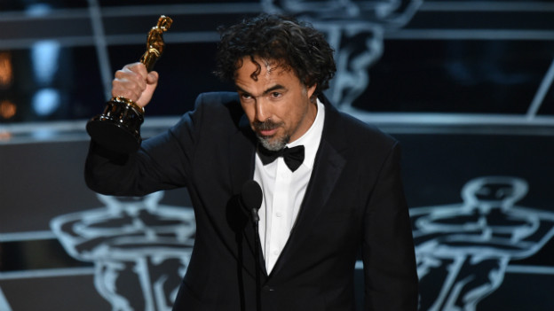 Der Regisseur Alejandro G. Inarritu hält den gewonnen Oscar in die Höhe.