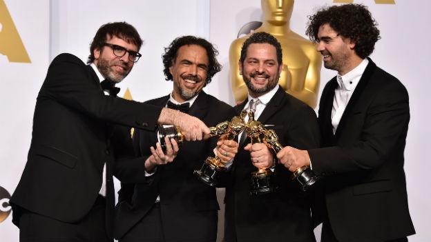 Das Regie-Team hält die Oscars für die beste Regie für «Birdman» gemeinsam in die Kamera.