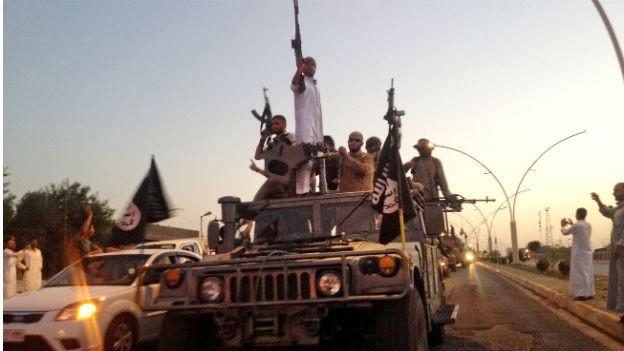 Dschihadisten mit Gewehren auf einem Pick-Up