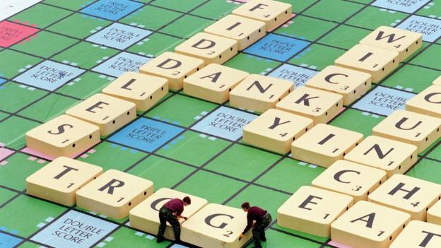 Auf dem Bild ist ein riesiges Scrabble-Brett zu sehen anlässlich eines Events im Jahr 1998 im Londoner Wembley-Stadion
