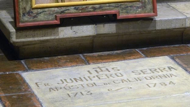 Der Grabstein von Junipero Serra mit Inschrift.