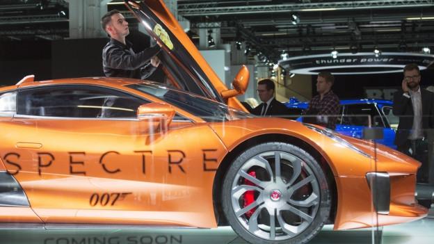 Ein oranger Jaguar trägt das Logo von «Spectre».