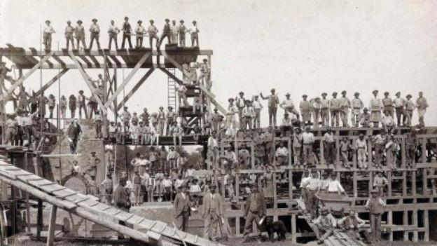 Vorarbeiter und Arbeit im Gerüst