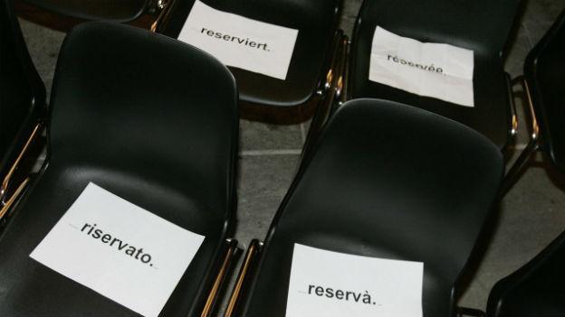Vier Sprachen, vier Stühle