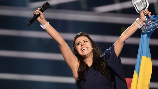 Die Sängerin Jamala steht auf der Bühne und freut sich über ihren Sieg am Eurovision Song Contest.