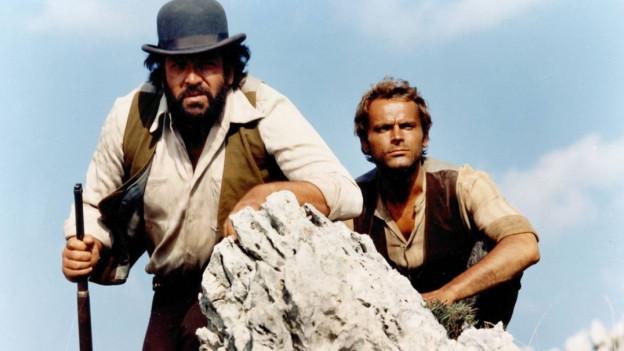 Ein Filmausschnitt zeigt den Schauspieler neben seinem Filmpartner.