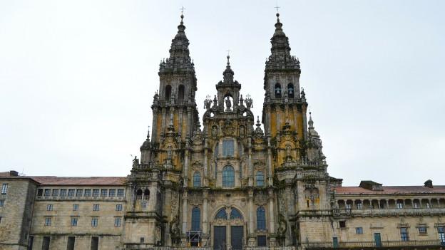 Aufnahme der Vorderfassade der Kathedrale von Santiago de Compostela