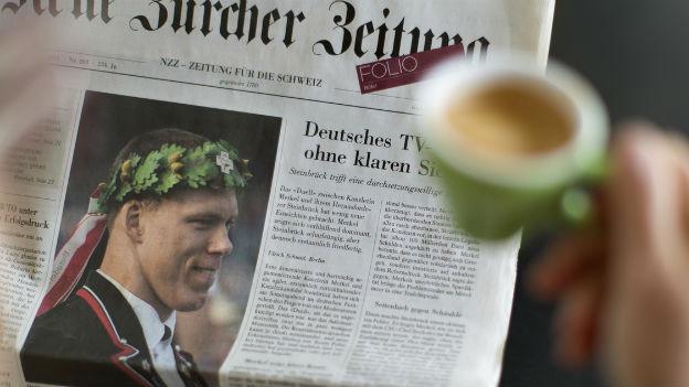Trautes Paar: Zeitung und Kaffee