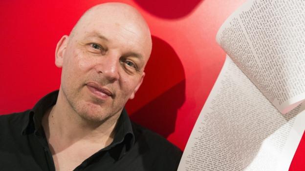 Zu sehen ist der Schriftsteller Tim Krohn, portraitiert anlässlich der Ausstellung «Schreibrausch» im Museum Strauhof in Zürich im März 2017.