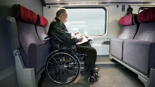 Reisen im Rollstuhl: Behinderte können in den neuen Intercity-Zügen nicht mit mehr Komfort rechnen.