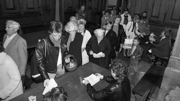 Das waren noch Zeiten: lange Schlange in einem Urnenlokal in Basel am 17. Oktober 1987