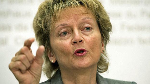 Bundesrätin Eveline Widmer-Schlumpf äussert sich am 27. Februar an der Medienkonferenz zur Bekämpfung der Geldwäscherei und zu Sorgfaltspflichten im Steuerbereich.