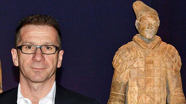 Jakob Messerli und einer «seiner» Terrakotta-Krieger.