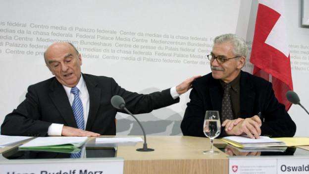 Oswald Sigg (rechts, zusammen mit Bundesrat Hans-Rudolf Merz im März 2009), ehemaliger Bundesratssprecher.