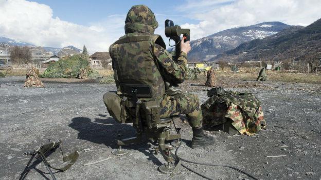 Armee-Soldat bei einer Übung im Wallis.