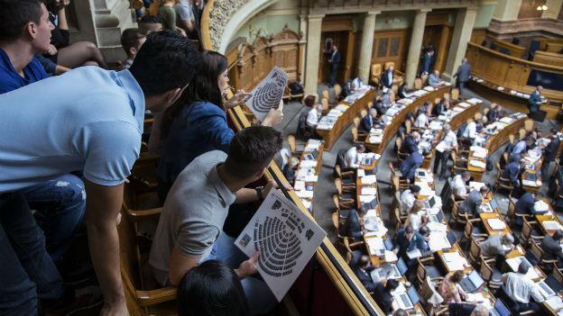 Besucher blicken auf die Nationalräte herunter