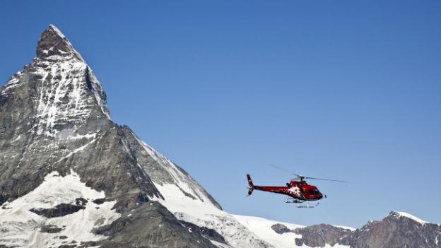 Helikopter der Air Zermatt vor dem Matterhorn.