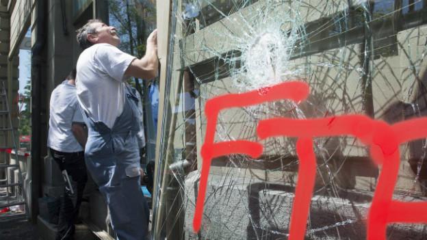 Reparieren, Putzen, Aufräumen - in Bern werden die Spuren der Krawalle beseitigt