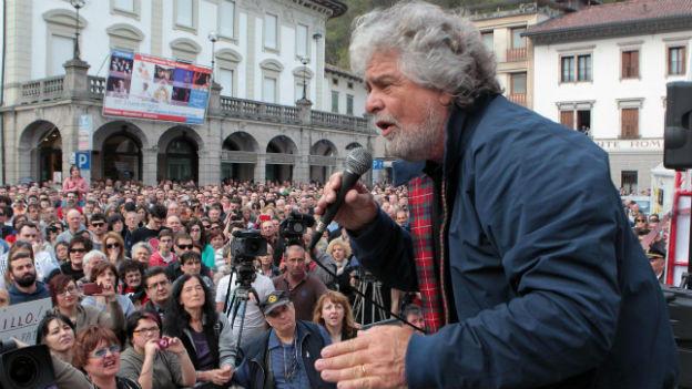Beppe Grillo mit seinen Anhängern bei einer Veranstaltung im April in Tolmezzo