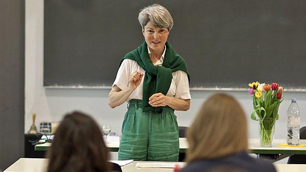 Christa Tobler hält eine Vorlesung am Europainstitut der Uni Basel.