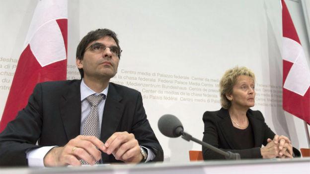 Aymo Brunetti und Eveline Widmer Schlumpf stellen den Bericht vor