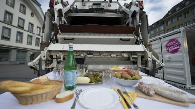 Symbolbild: zwei Millionen Tonnen Esswaren landen jährlich in der Schweiz im Müll.
