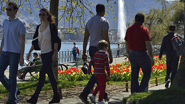 SpaziergängerInnen am Ufer des Genfersees, Blick auf den Jet d'eau.