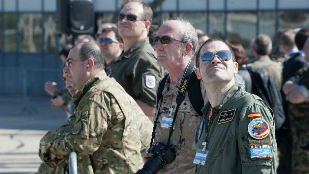 Eine Militärdelegation aus vielen OSZE-Ländern bei ihrem Besuch auf dem Militärflugplatz von Payerne im April 2013