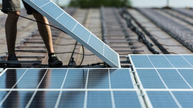 Solar-Panels auch dem Dach: Für die einen lohnend, für die anderen eher lästige Pflicht.