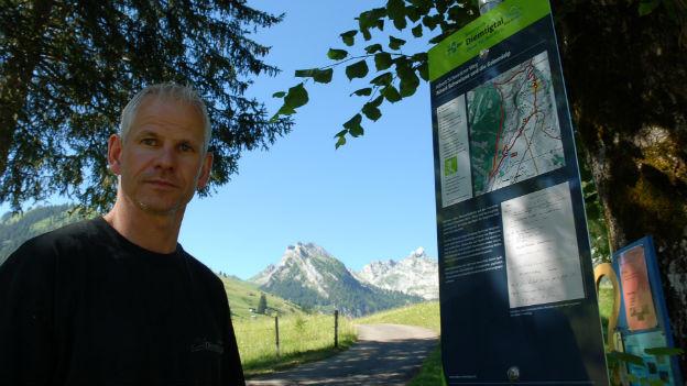 Tourismusdirektor Bruno Reber am Beginn des Albert-Schweitzer-Wegs.