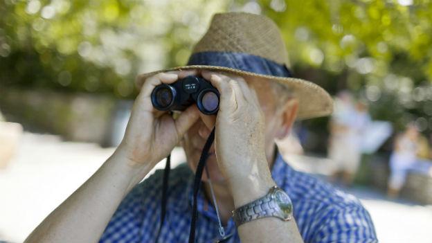 Älterer Herr beim Spaziergang auf den Brissago Inseln.