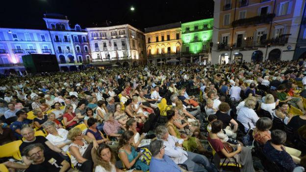 Zuschauerinnen und Zuschauer auf der Piazza Grande.