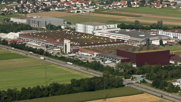 Migros Verteilzentrum in Neuendorf: auf diesen Dächern steht heute die grösste Solaranlage der Schweiz.