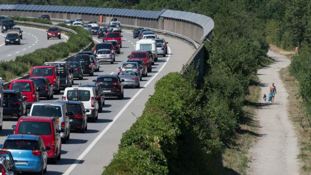 Schweizerinnen und Schweizer verbringen viel Zeit im Auto.