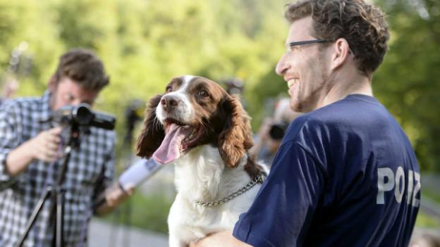Polizei und Medien: Ein Diensthundführer der Stadtpolizei Winterthur vor Fotografen im August 2013.