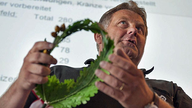Rolf Gasser, Co-Sportchef am «Eidgenössischen» 2013, präsentiert 30 Tage vor dem Eidgenössichen Schwing- und Älplerfest 2013 in Burgdorf einen Schwingerkranz.