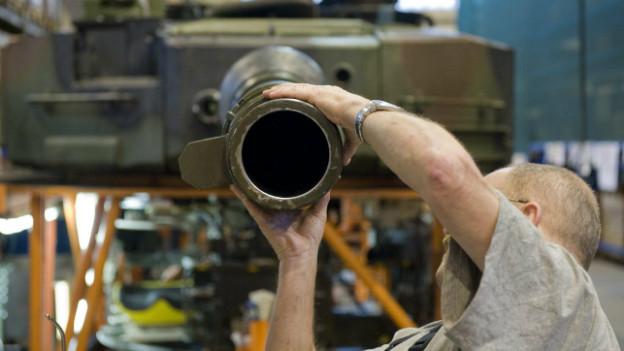 Ein Mitarbeiter der Ruag bearbeitet ein Panzerrohr: Die Schweiz lockert die Bestimmungen für Waffenexporte.