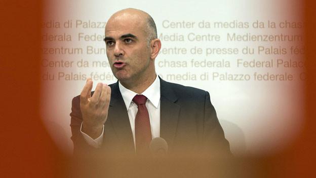 Gesundheitsminister Alain Berset äussert sich am 26. September 2013 in Bern zur Entwicklung der Krankenkassenprämien für das Jahr 2014.