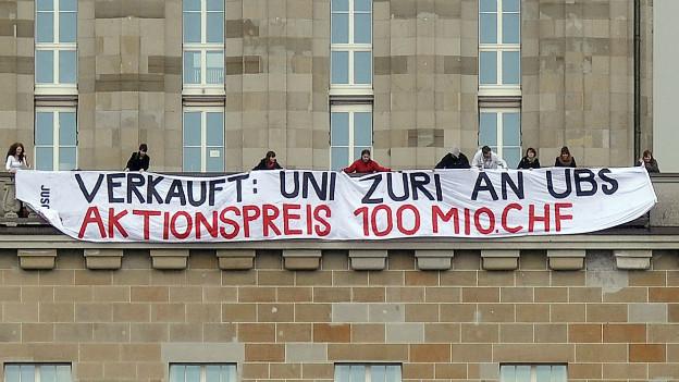 Wenn Wissenschafts-Sponsoring durch private Unternehmen anlass zu Protest gibt: Banner an der Uni Zürich im April 2012.