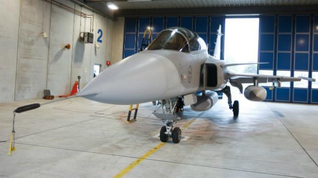 Unterschriftensammeln gegen den Kampfjet Gripen (hier in einem Hangar in Emmen 2012).