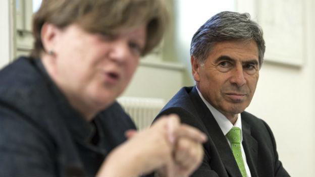 Noch-EDK-Präsidentin Isabelle Chassot stellt ihren Nachfolger Christoph Eymann vor.
