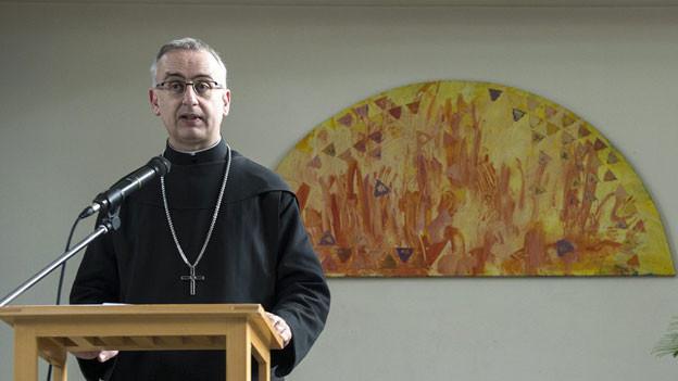 Abt Martin Werlen, Vorsteher des Klosters Einsiedeln spricht an einer Medienkonferenz, am 7.  November 2013, in Bern. Die 12-jährige Amtszeit von Werlen in Einsiedeln läuft ab.