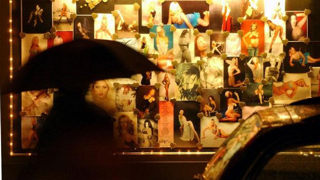 Aushang mit Bildern von Tänzerinnen vor einem Zürcher Nachtclub.