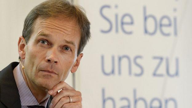 Martin Scholl, CEO Zürcher Kantonalbank, verfolgt die Fragen der Journalisten, anlässlich einer Pressekonferenz am Montag, 11. November 2013, in Zürich. Mit Verfügung vom 1. November 2013 hat die Schweizerische Nationalbank die Systemrelevanz der Zürcher Kantonalbank festgestellt.