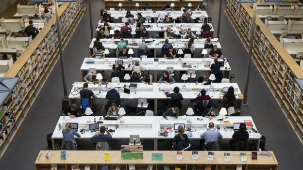 Studenten in der Bibliothek des neuen Hochschulzentrums vonRoll in Bern