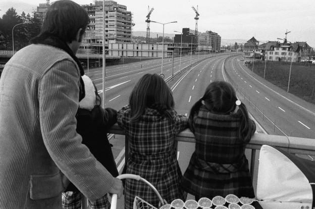 An einem der drei autofreien Sonntage 1973 in der Schweiz war der Anblick der leeren Autobahnen eine Attraktion.