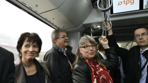 Bundesrätin Doris Leuthard fährt Bus mit Vertretern und Vertreterinnen der Genfer Regierung.