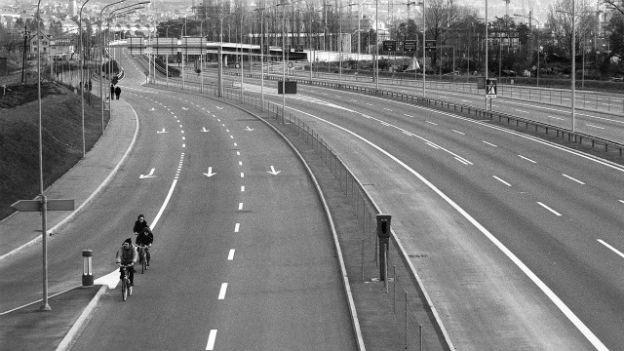 Velofahrer auf der Autobahn am autofreien Sonntag 1973.