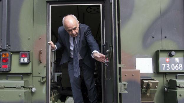 Verteidigungsminister Ueli Maurer bei einem Truppenbesuch in Lyss, einem Waffenplatz der bald geschlossen werden soll