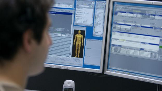 Ein medizinischer Fachmann studiert Informationen auf einem Bildschirm bei Medgate in Basel.